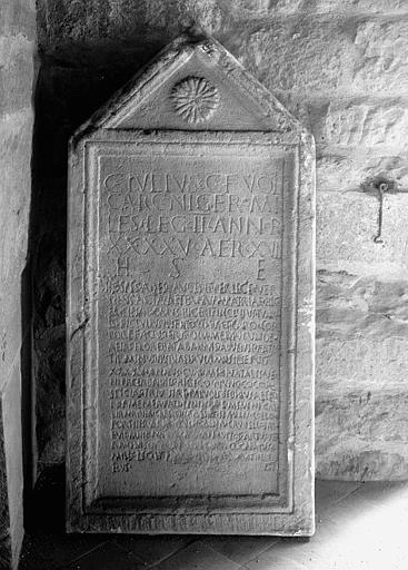Cippe funéraire à fronton triangulaire d'un soldat de Carcassonne, plâtre (moulage de celui du musée de Mayence)