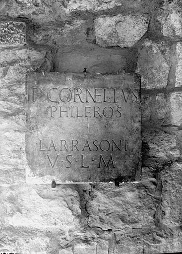 Dalle en pierre gravée, P. Cornelius Phileros, inscription votive