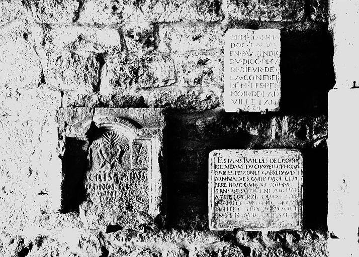 Trois pierres gravées avec inscriptions funéraires, la troisième est datée de 1684