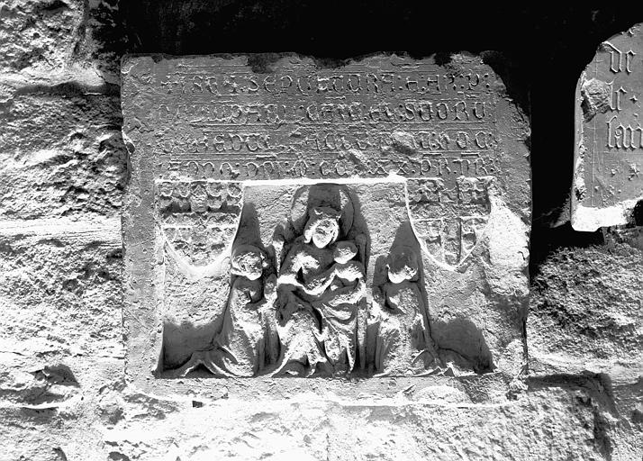 Dalle funéraire en pierre gravée et sculptée