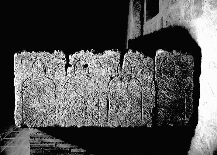 Dalle de pierre à arcatures gravées : revers