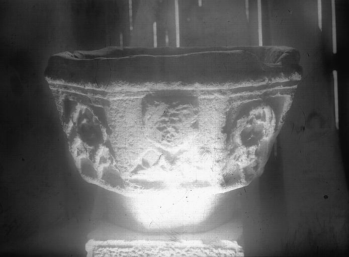 Cuve baptismale octogonale sculptée, pierre