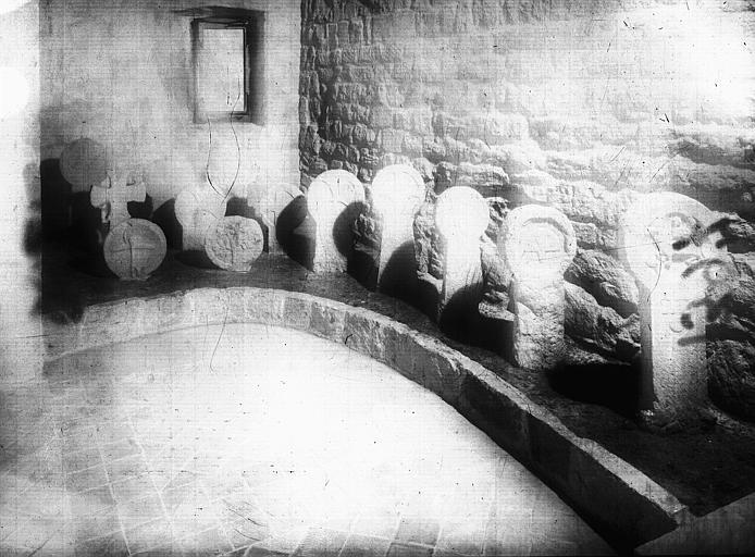 Croix discoïdales en grès sculpté, époque gothique : ensemble