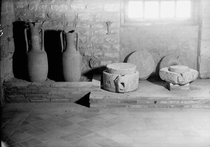 Deux amphores et quatre meules, époque gallo-romaine