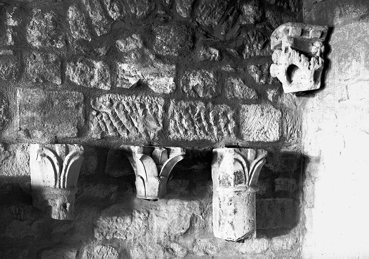 Trois chapiteaux feuillagés en grès, époque romane