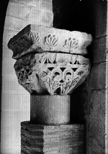 Chapiteau feuillagé en grès, époque romane