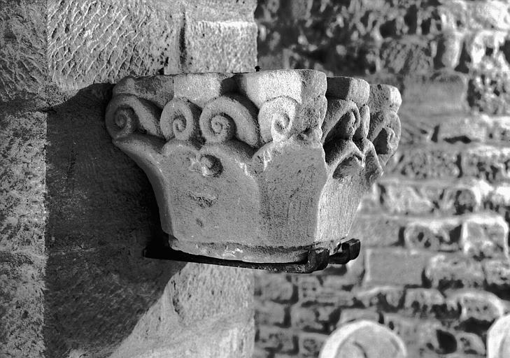 Chapiteau en grès, époque romane