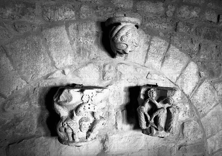 Corbeau en grès à tête féminine et deux chapiteaux en marbre