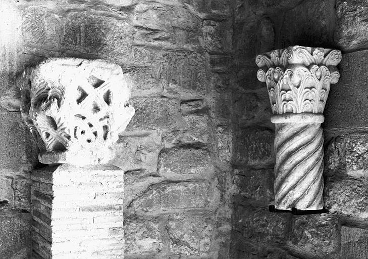 Chapiteau à décor d'entrelacs et un chapiteau feuillagé sur fût de colonne torse, grès et marbre, époque romane