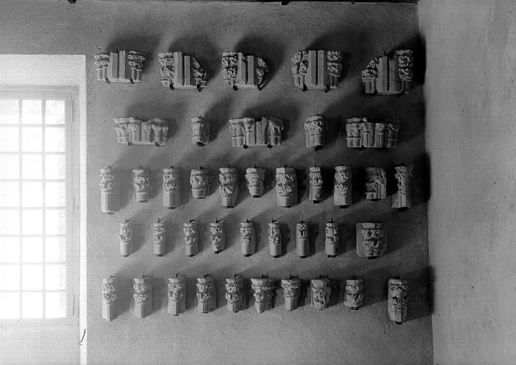 Petits chapiteaux de colonnettes engagées, pierre