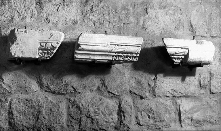 Fragments de corniches ou de tailloirs, marbre blanc