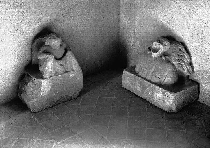 Deux corbeaux à figure humaine, pierre