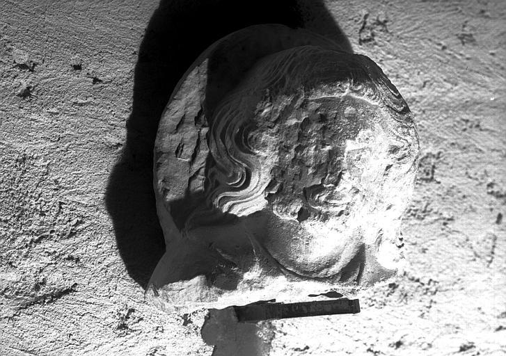 Sculpture en pierre : tête humaine, Christ nimbé