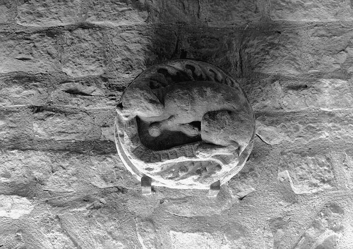 Clef de voûte en pierre : un animal