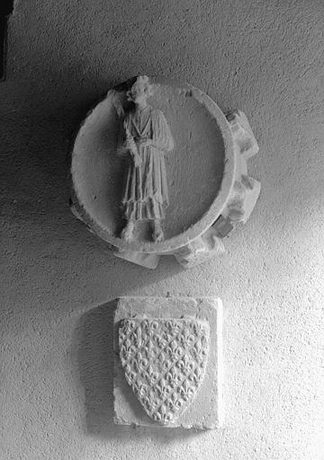 Clef de voûte avec personnage debout et relief avec écu à fleurs de lys