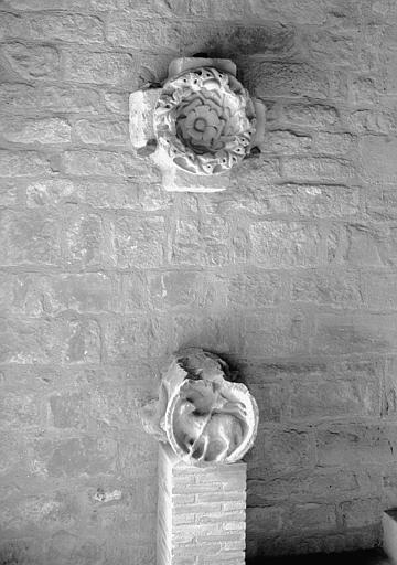 Clef de voûte en grès avec Agnus Dei et clef de voûte feuillagée