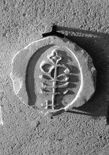 Relief, branche (supposée) dans une amande, clef de voûte en pierre