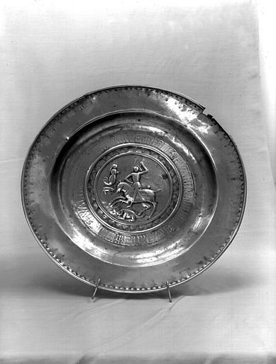 4 plats de quête : l'un avec une représentation de Saint Georges et le dragon (n°1) et trois autres plats de quête (n°2, n°3, n°4)