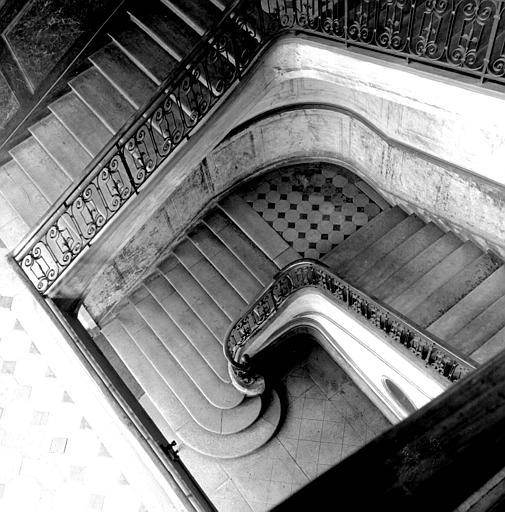 Intérieur : vue plongeante de la cage d'escalier