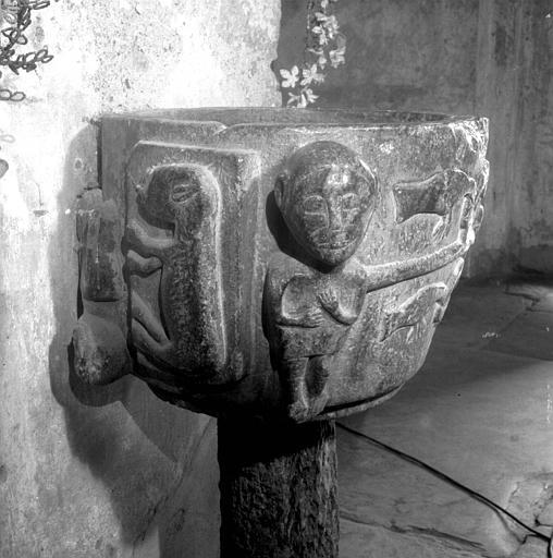 Fonts baptismaux en marbre, paroi extérieure de la cuve : rosace