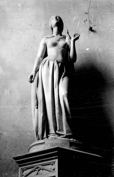 Statue (grandeur nature) : sainte Geneviève