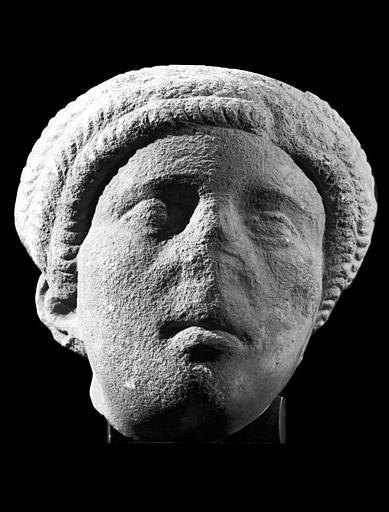 statue (tête) : femme