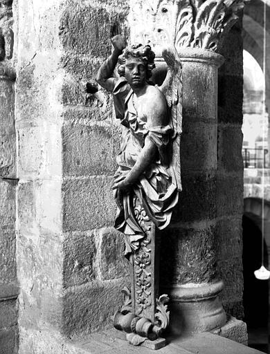 Statue en bois d'ange gainé, ancien support