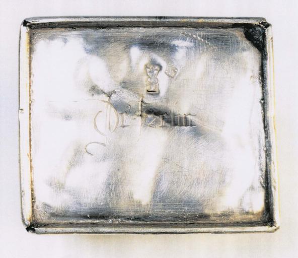 Coffret aux saintes huiles, vue du dessous avec inscription et poinçon