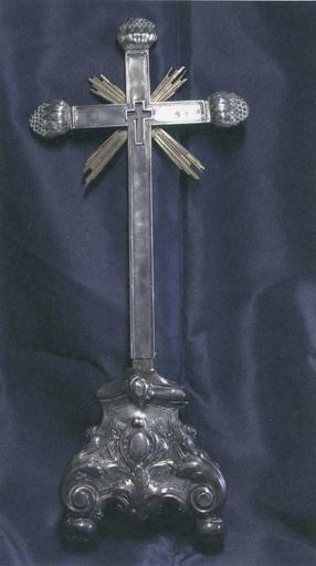 Croix-reliquaire de la Vraie Croix et son socle, bois recouvert d'une feuille d'argent, 18e siècle