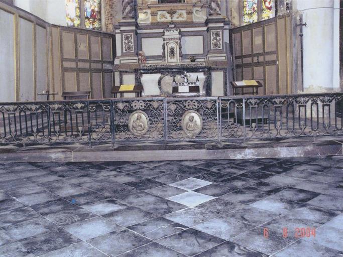 Clôture de chapelle de l'abside nord, fer forgé et fonte, peinte et dorée, décor d'entrelacs, de fleurons et de noeuds, deux médaillons en cuivre repoussé sur les battants figurant la Vierge à l'Enfant à gauche et saint Joseph à droite, 1856