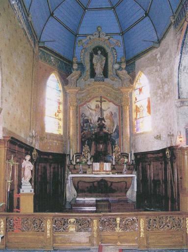 Vue du choeur avec autel et retable
