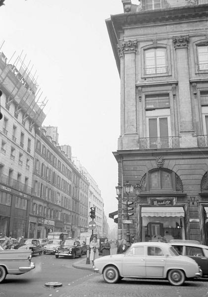 Façades sur rue Saint-Honoré et place Vendôme avec enseigne de la bijouterie 'Morabito', vue animée avec passants et automobiles