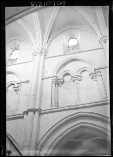 Vue intérieure de la nef : Tribune et fenêtre haute