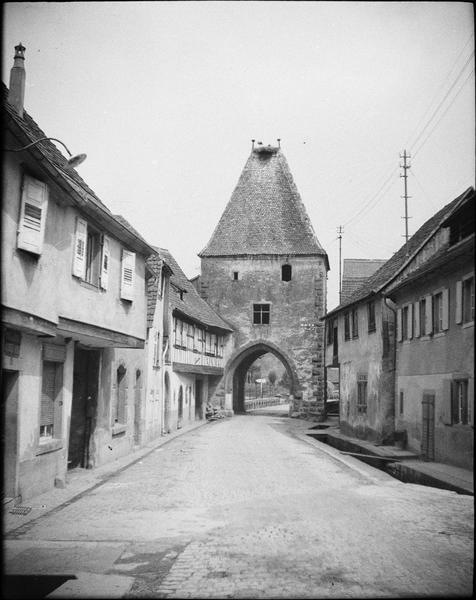 Porte basse, côté ouest, et maisons environnantes