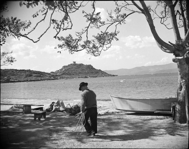 Ensemble sud-est depuis la plage, vue animée avec homme marchant au premier plan