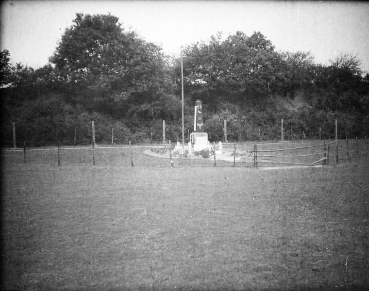 Premier monument (inauguré le 22 octobre 1944)