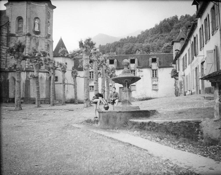 Fontaine avec deux enfants et clocher de l'église