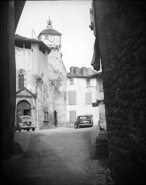 Façade est et clocher depuis une ruelle et voitures