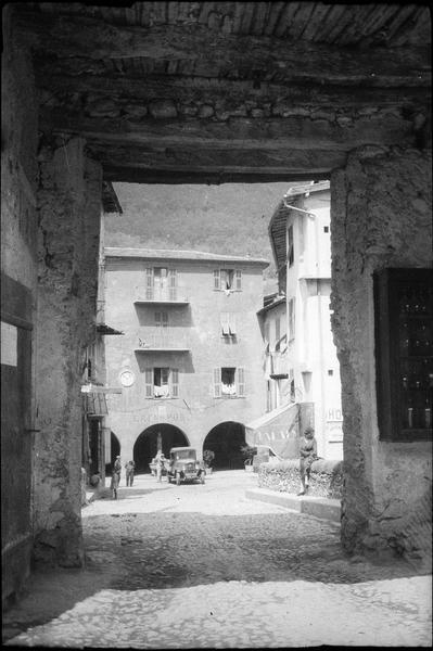 Façades à arcades depuis le passage sous la tour surmontant le vieux pont