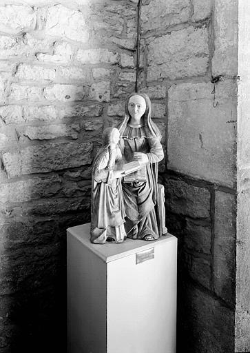 Groupe en pierre : Education de la Vierge