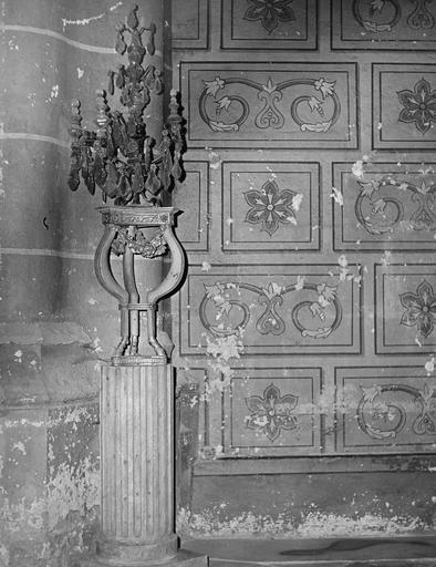 guéridon et girandole, bois sculpté peint et doré, bronze et cristal Côté gauche de la chapelle nord-ouest du transept nord.