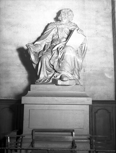 Statue en pierre : saint assis