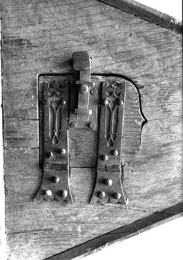Lutrin en bois sculpté : ouverture latérale du pupitre avec ferrures