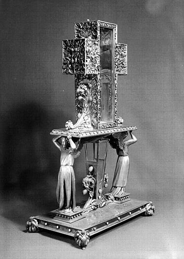 Reliquaire en argent, perles et brillants, du bois et du clou de la vraie Croix en forme de croix soutenue par des anges (trois-quarts)