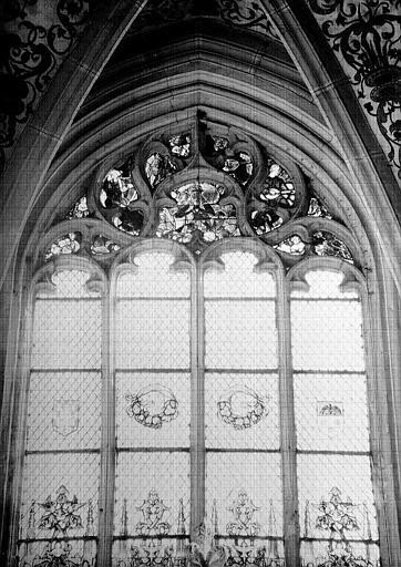 Vue intérieure du choeur : remplage du vitrail axial