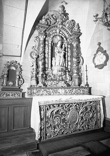 Autel et retable en bois sculpté et doré de la première chapelle latérale sud