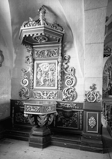 Retable et fonts baptismaux en bois sculpté et doré, provenant de la troisième chapelle latérale nord
