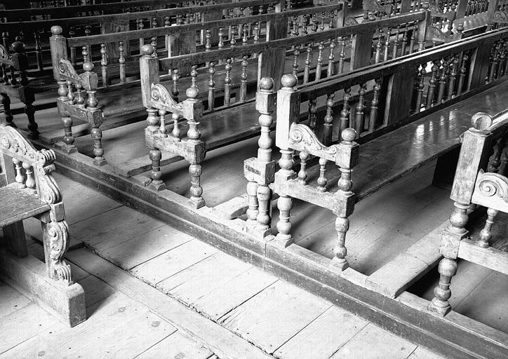 Bancs publics en bois sculpté provenant de la nef