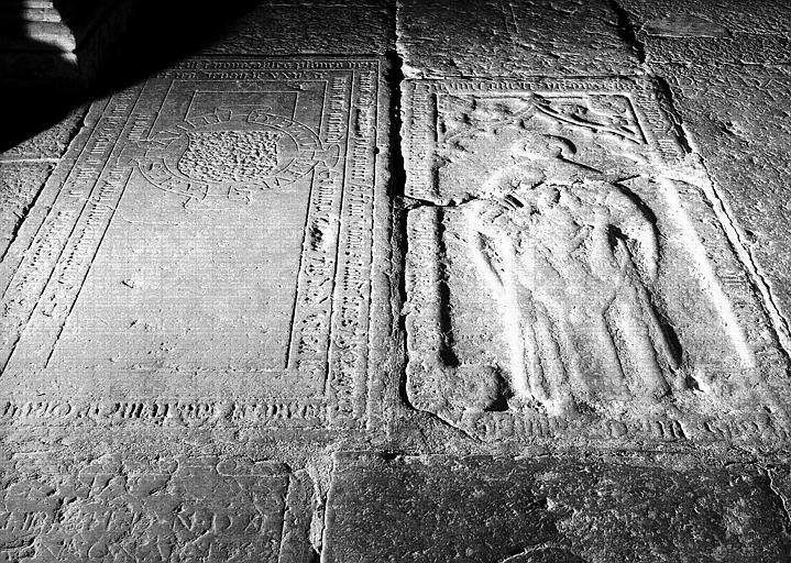 Dalle funéraire en pierre d'un prêtre à effigie en relief