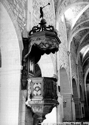 Chaire à prêcher en bois sculpté